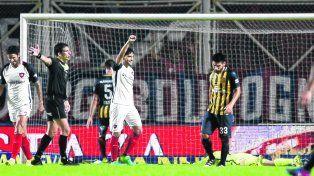 Recalculando. La resignación del lateral Cristián Villagra es la síntesis de la impotencia canalla ante el segundo gol azulgrana.