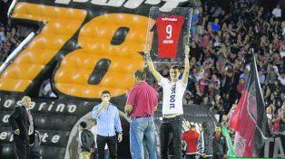 El de los Mavericks. Nico Brussino muestra la 9 del rojinegro.