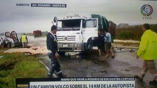 Un camión con acoplado volcó en la autopista y derramó soja en el pavimento
