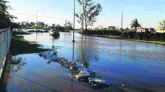 Avance. El agua busca ingresar a la comuna en cercanías del Casino.