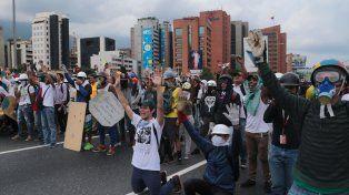Otro día de protestas deja 100 heridos en Venezuela