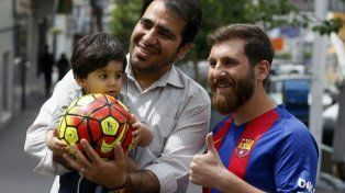 La popularidad del Messi trucho es tan grande que necesita que la policía lo custodie