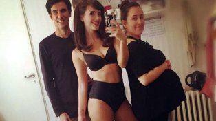 Griselda Siciliani posó desnuda en el camarín apenas cubierta por una estola de plumas