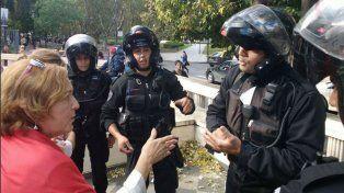 Los policías de la Brigada Motorizada ayer al concurrir al Museo de la Memoria.