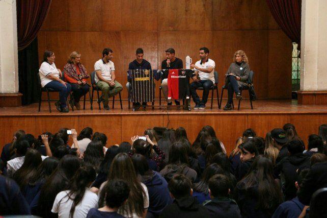 Renzo Alfani y el Chino Néstor Moiraghi dialogaron amablemente con los alumnos de secundaria del Normal 2.