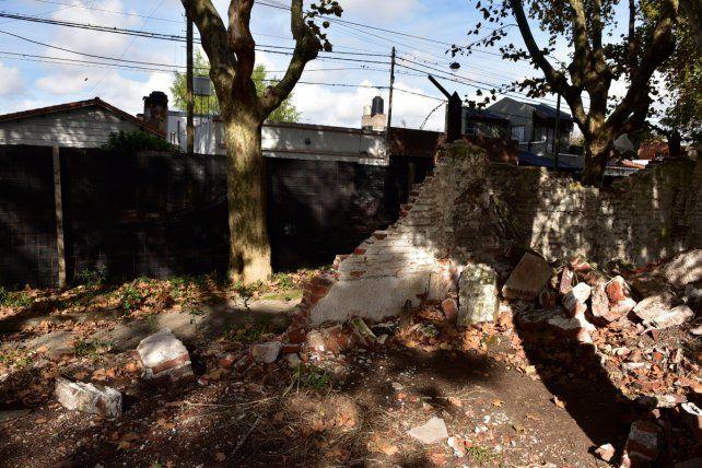 Media sombra. La pared fue tapada con una estructura. Detrás de la tela