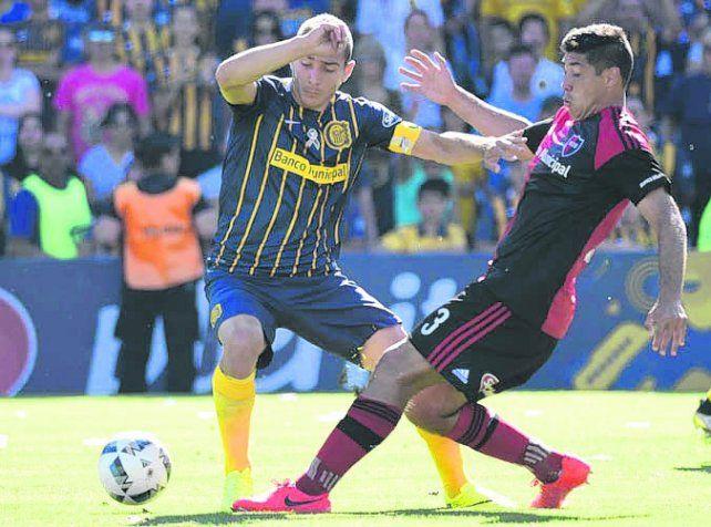 En el Gigante. Ruben y Moiraghi disputan la pelota. El domingo volverán a verse las caras.