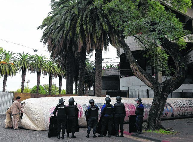 Manga de protección. Por la puerta que está frente al museo ingresarán los jugadores canallas cuando lleguen al Marcelo Bielsa.