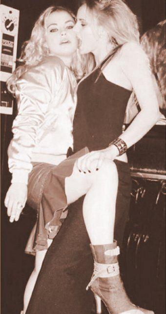 Foto retro de Dolores Fonzi y Julieta Cardinali jóvenes, sexies y amorosas