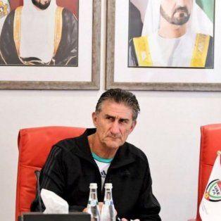 El Patón Bauza durante la firma del contrato que lo ligará al seleccionado de Emiratos Arabes hasta 2019.