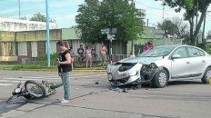 La escena del accidente. La moto embistió el auto del presidente de la Corte Suprema.