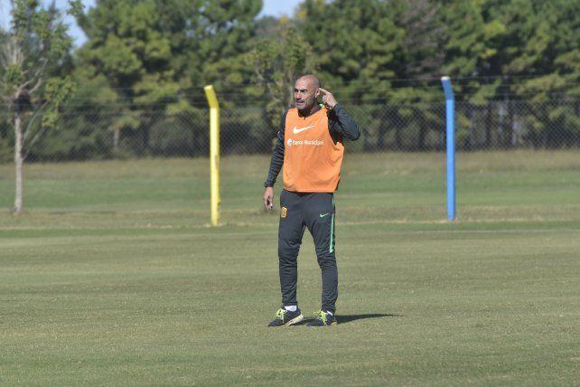 El entrenador canalla se toma su tiempo para definir el equipo que jugará el clásico.