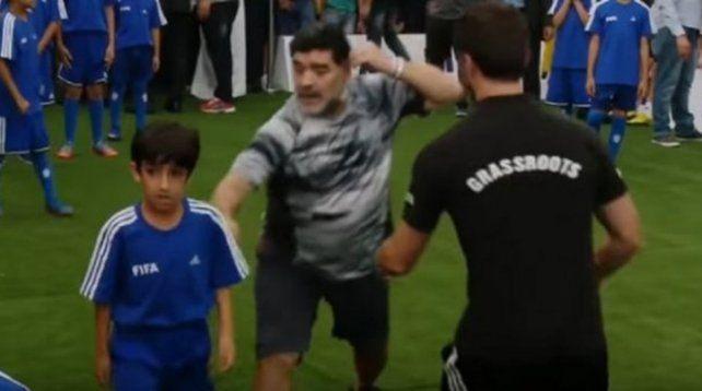 La reacción de Maradona cuando un nene le hizo un foul que lo tiró al piso