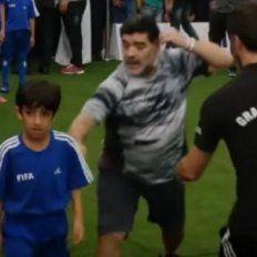 la reaccion de maradona cuando un nene le hizo un foul que lo tiro al piso