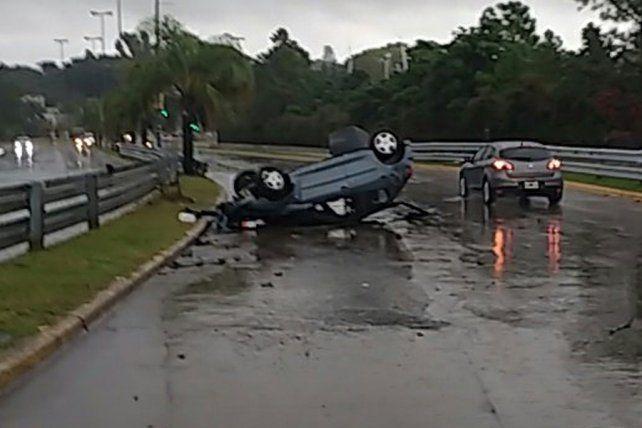 El automóvil quedó ruedas para arriba luego del espectacular accidente.