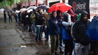 Fanáticos de Newells bajo la lluvia. Así arrancó la venta de tickets para el gran partido del domingo