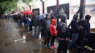 Los fanáticos de La Lepra hacen cola a pesar del mal tiempo frente al Coloso