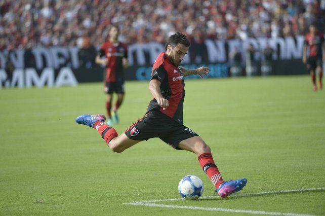 En acción. Nacho Scocco saca el remate en busca del gol. El delantero quiere debutar en la red en el clásico ante Central.