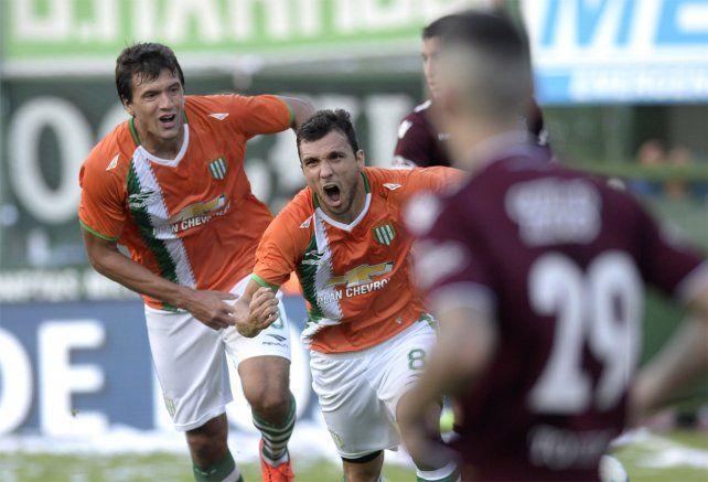 Bertolo convirtió de cabeza el gol de la victoria de Banfield sobre Lanús en el clásico.