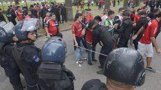 La policía controla el ingreso de los hinchas rojinegros. Fue en el último clásico en el Marcelo Bielsa.