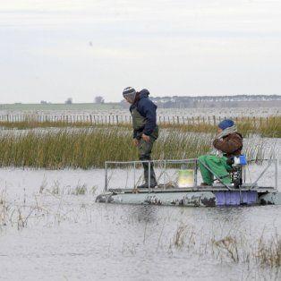 Habitantes de Melincué deben recurrir a embarcaciones para trasladarse. Una postal que se repite con cada crecida.