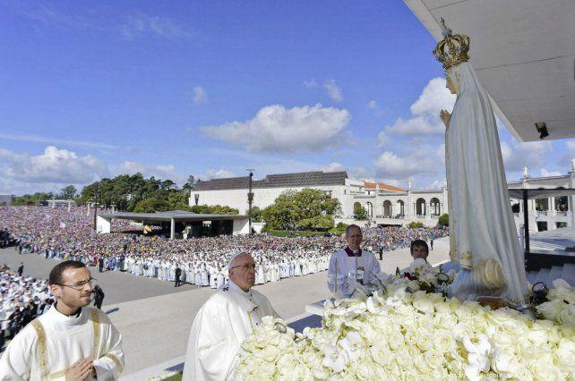ceremonia. Francisco ante una imagen de Nuestra Señora de Fátima