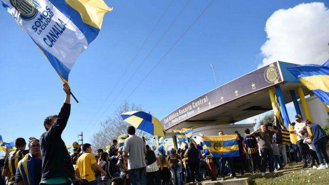 Los canallas se acercaron hasta las puertas del predio de Arroyo Seco para saludar al plantel