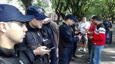 La policía realiza el escaneo de los DNI en el ingreso al estadio.