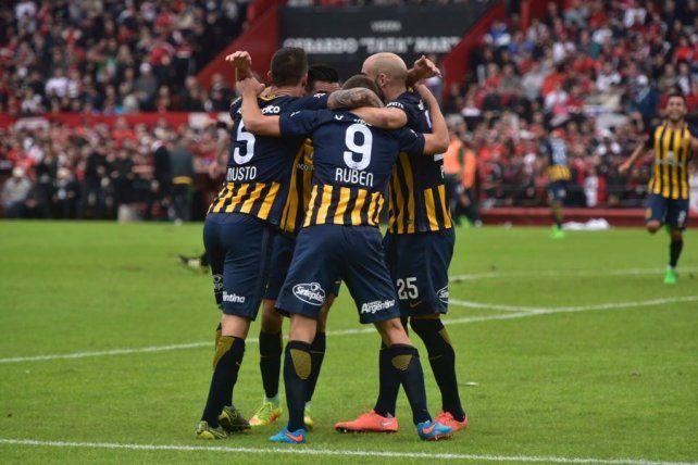 Los jugadores canallas se funden en un abrazo tras el gol de Marco Ruben.