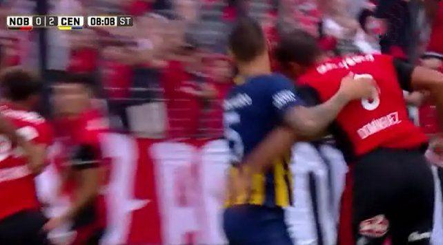 La polémica jugada en la que Domínguez le da un cabezazo en la cara a Musto