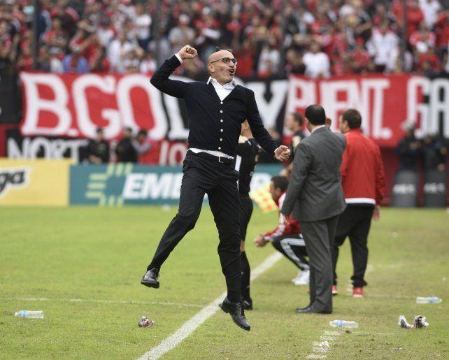 Locura. El uruguayo Montero explotó con el gol de Herrera