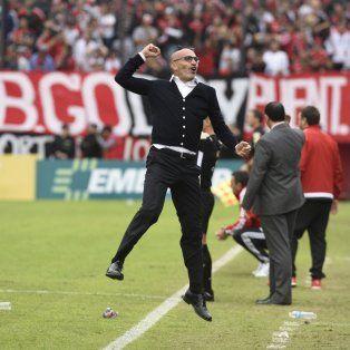 Locura. El uruguayo Montero explotó con el gol de Herrera, el tercero canalla que aseguró la victoria.
