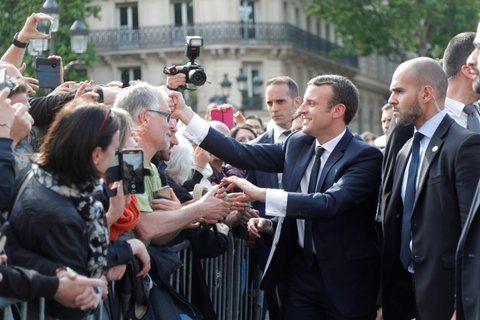 conexión. Macron aprovechó el protocolo para exhibir su vínculo con los franceses en París.