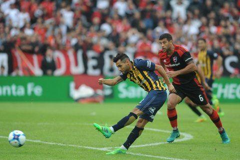 Sablazo. Pachi Carrizo saca el zurdazo frente a la impotencia del Negro Domínguez. Fue el primer tanto canalla de la tarde.