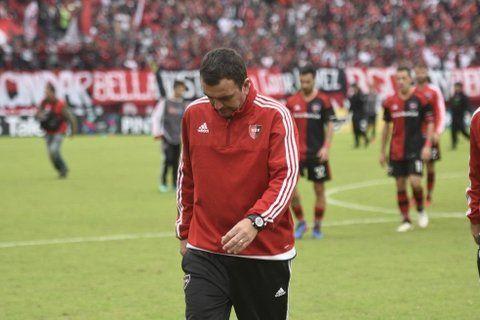 La imagen lo dice todo. El entrenador se retira cabizbajo de la cancha. Dijo que se equivocó en la formación del equipo.