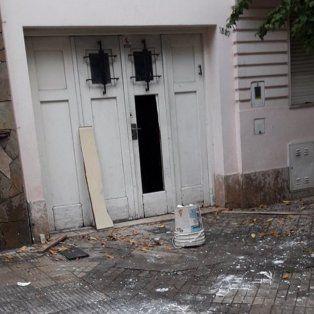 un grupo de hinchas de newells violento el ingreso a una casa en pueyrredon y montevideo