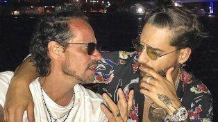 Polémica por el beso amoroso de Maluma y Marc Anthony en una foto en Instagram