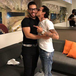 polemica por el beso amoroso de maluma y marc anthony en una foto en instagram