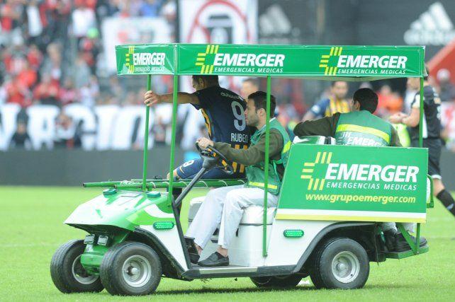 Marco Ruben es retirado en el carrito. Tiene la zona inflamada y es casi seguro baja el domingo ante Racing.