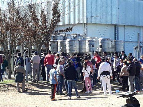 incertidumbre. Los empleados se agolparon frente a la planta. Esperan revertir la situación.