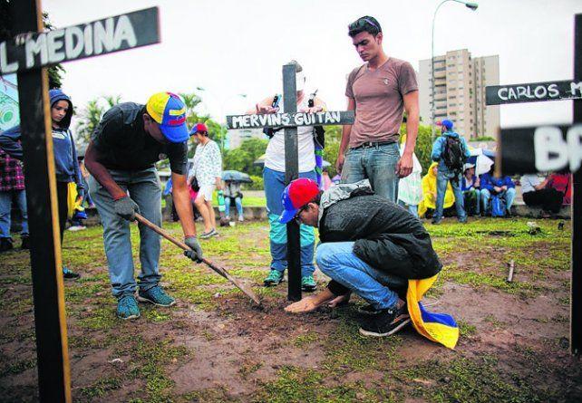caídos. Manifestantes homenajearon a las víctimas de la represión.
