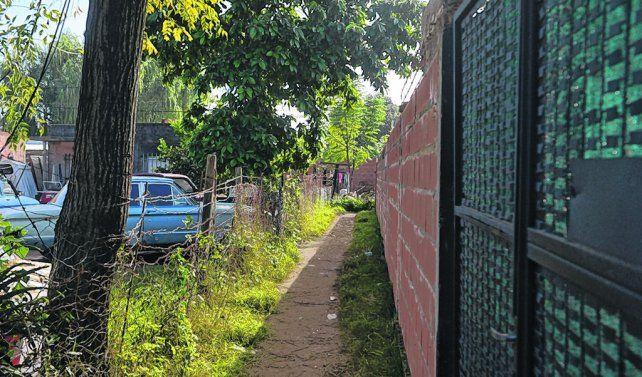 el pasillo. En General López al 100 se abre un angosto y oscuro camino que llega hasta la calle paralela.