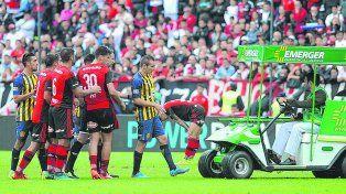 Mala pata. Marco Ruben camina hacia el carrito sanitario para retirarse del campo de juego. El capitán no pudo terminar el clásico por dolores en el tobillo izquierdo.