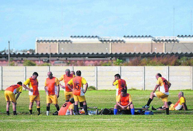En Mendoza al 8100. Un equipo de veteranos se prepara para el gran partido en la liga de Bancos y Seguros.