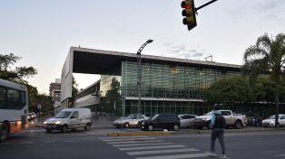 El Hospital de Emergencias. La víctima del ataque ocurrido en Biedma y Balcarce falleció antes de ingresar al hospital.
