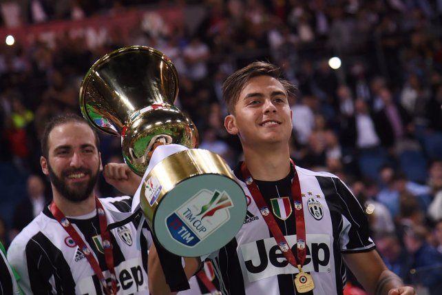 Los argentinos Dybala e Higuaín celebran con el trofeo de la Copa de Italia.