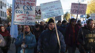 Los jubilados marcharon hoy en Santa Cruz para pedir la renuncia del titular de la caja previsional.