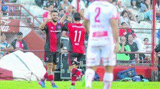 El último. Nacho Scocco convirtió el 1-0 a Huracán, en Parque Patricios, y lo festejó con Maxi Rodríguez. Fue la última salida leprosa.