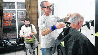 El Señor Tijeras. La clientela le dice Marco al peluquero y él acepta orgulloso.