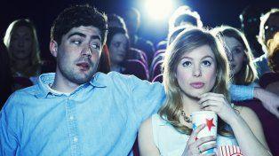 Tuvo su primera cita con una mujer, la llevó al cine y terminó haciéndole juicio